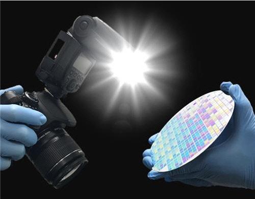 번쩍하는 15밀리초안에… 카메라 플래시 빛으로 반도체 제작